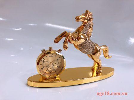 Tượng ngựa có đồng hồ